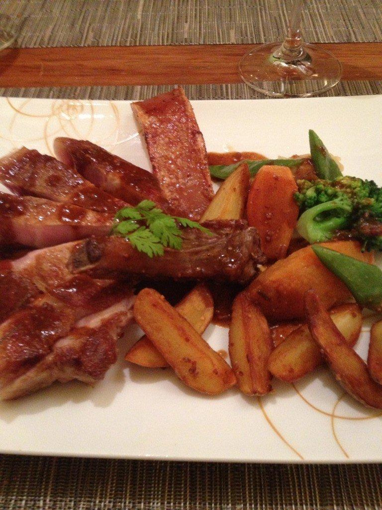 Côtelette de porc, pommes de terre et légumes