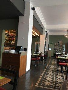 Une partie de la salle et le bar
